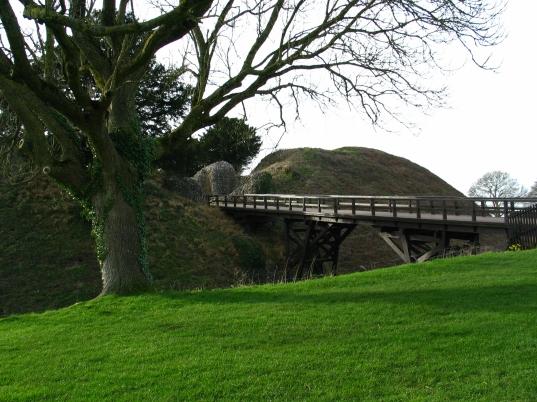 bridge to gatehouse.JPG