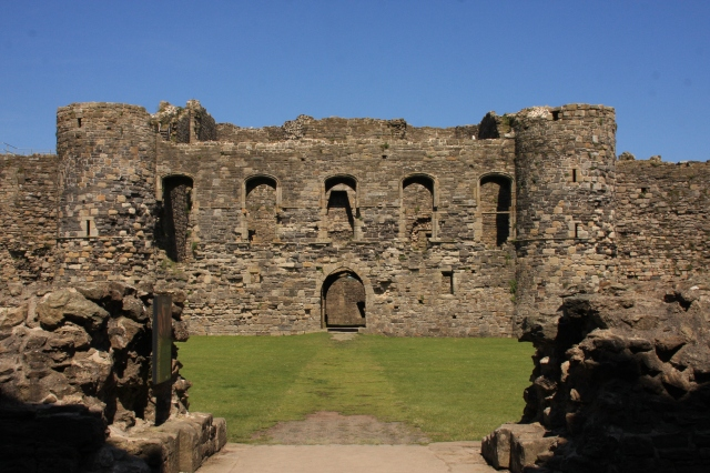 Inner ward to north gatehouse.JPG